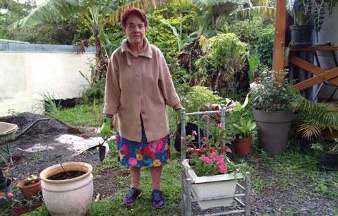 Mme Bardeur dans son jardin, toujours active