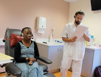 L'infirmier est aux côtés de la patiente lors de la téléconsultation